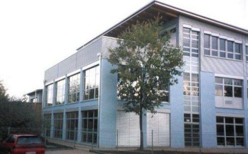 Glaskubus Schule Nackenheim mit Dachbegrünung