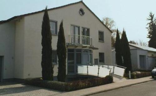 Steg über Fischteich zum Erker des Hauses Speyer