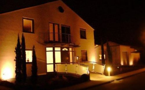 Romantische Beleuchtung Wohnhaus mit Steg bei Nacht