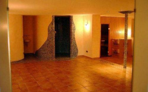 Wellnessraum mit Saune romantisch beleuchtet