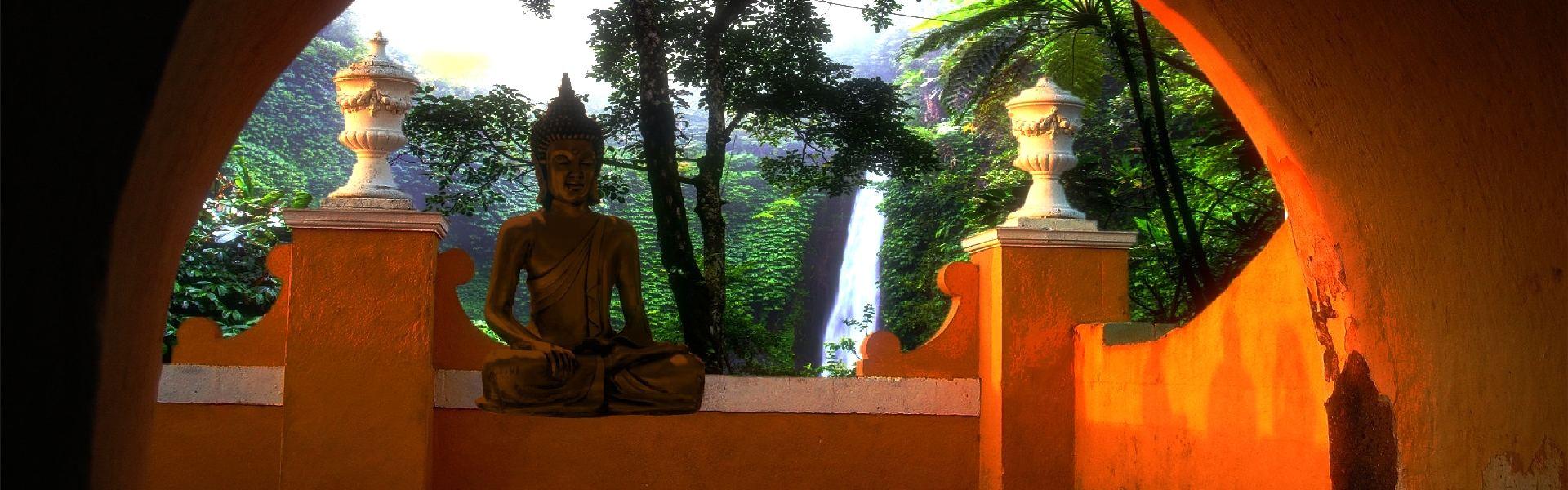 Foto Buddha unter rundem Wandbogen Sonnenstimmung