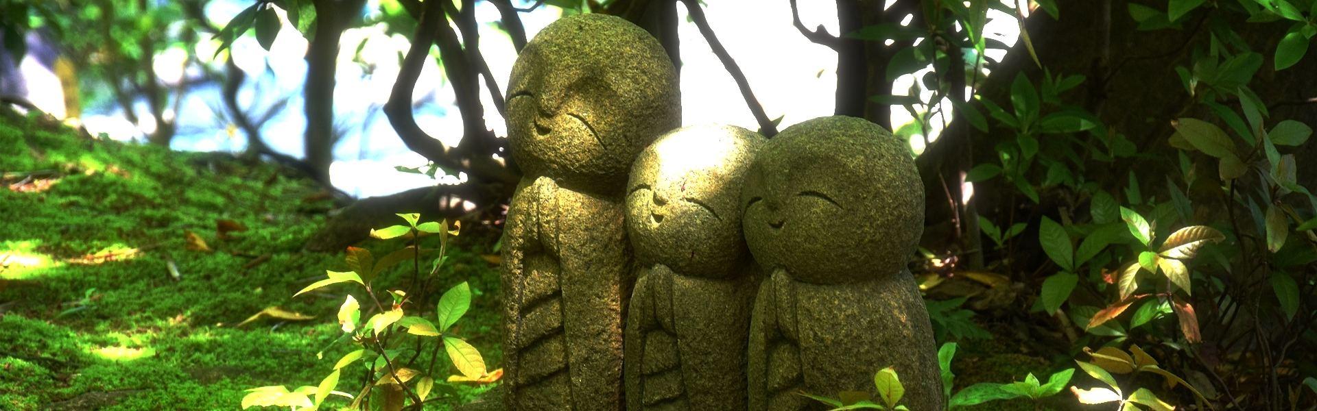 drei lächelnde Steinfiguren_compose.jpg