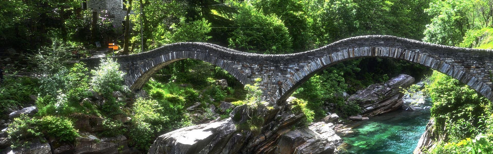 geschwungene Brücken aus Stein, darunter Wasser